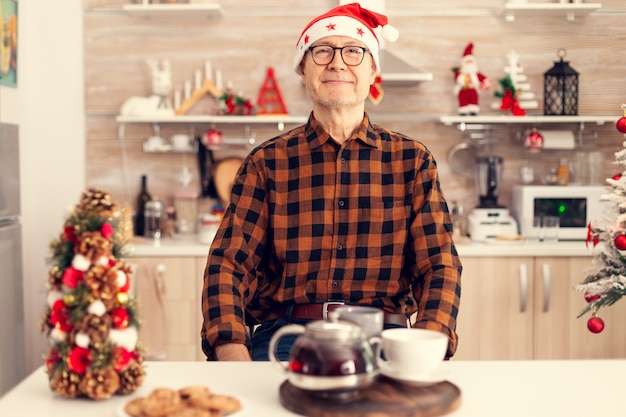 クリスマスを祝う白髪の幸せな老人