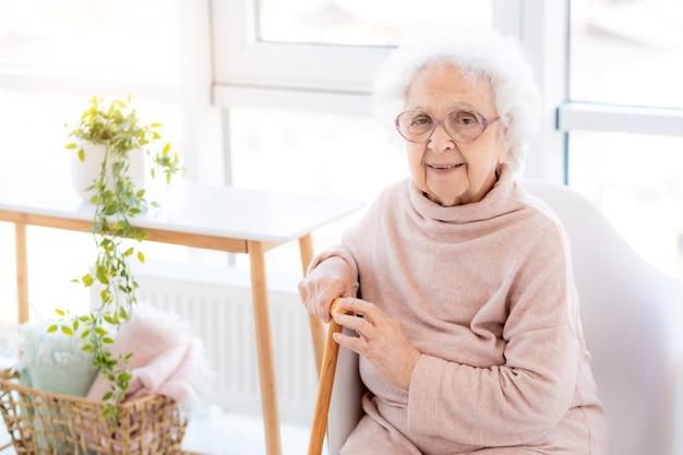 Счастливая старуха в светлом интерьере