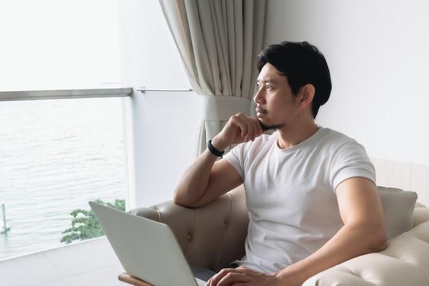 Хэппи на диване с видом на море и концепция работы staycation