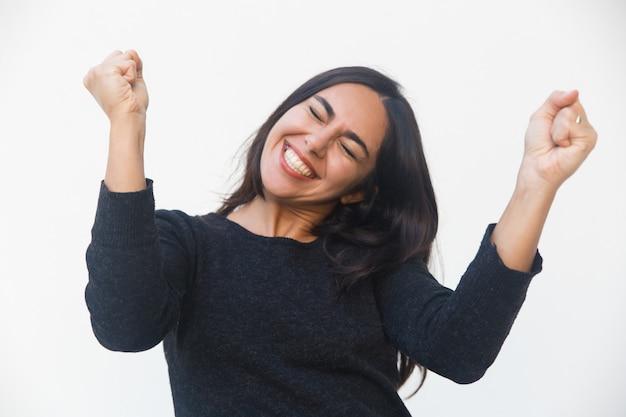 Счастливая обрадованная женщина празднует успех