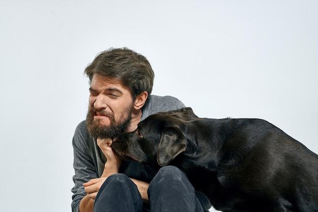 ペットの黒犬のトレーニングモデルの感情を持つ幸せな所有者。