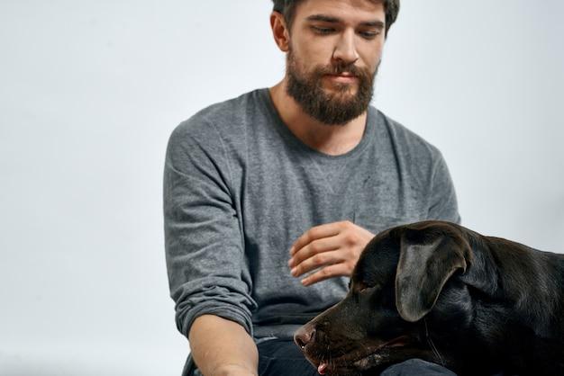 Счастливый владелец с домашним животным черная собака дрессирует эмоции модели