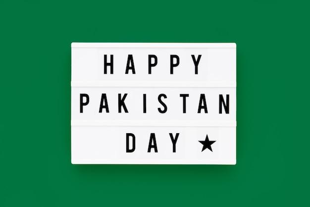 緑の背景のライトボックスに書かれた幸せなパキスタンの日。