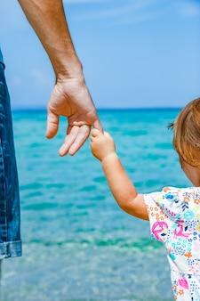 Счастливый родитель и ребенок в море