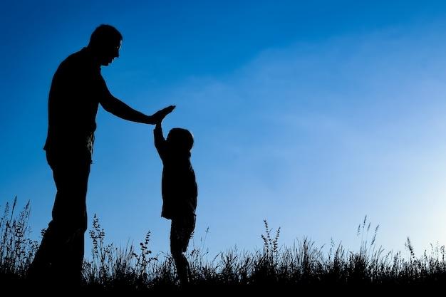 공원 야외 실루엣에서 자녀와 함께 행복 한 부모