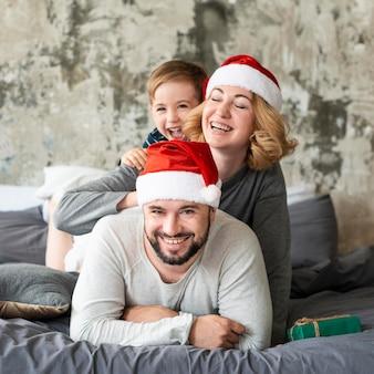 Счастливые родители и мальчик вместе на рождество