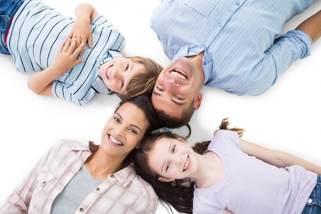 행복 한 부모와 자녀는 흰색 바탕에 누워