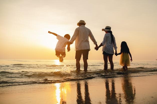 해변여행에서 여름방학에 모래놀이를 하며 즐거운 시간을 보내는 행복한 부모와 아이