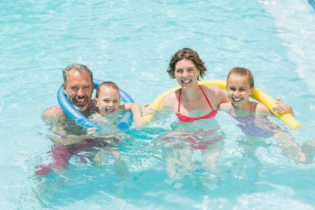 행복한 부모와 아이들이 수영장에서 재미