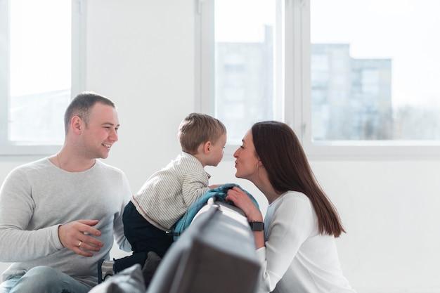Genitori felici a casa con il bambino