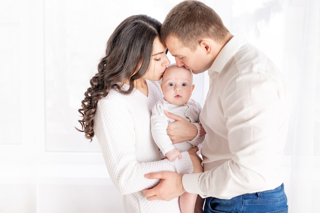 幸せな親が子供にキス、幸せな家族の概念