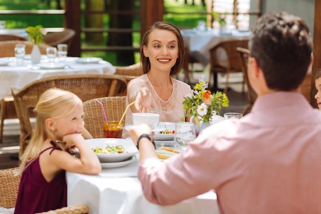 幸せな両親。幼い娘の誕生日を祝っている間、思い出に残る2人の幸せな晴れやかな両親