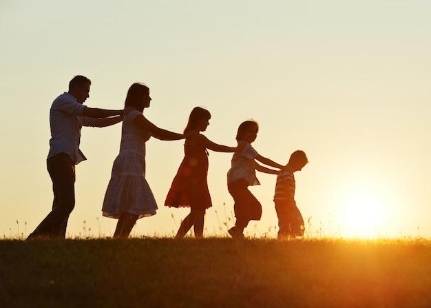 일몰 야외에서 아이들과 함께 행복한 부모