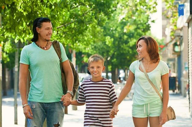 十代の息子と幸せな親