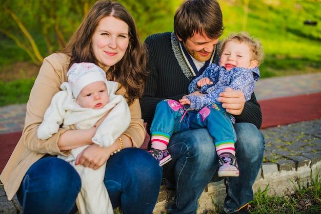 Счастливые родители с детьми