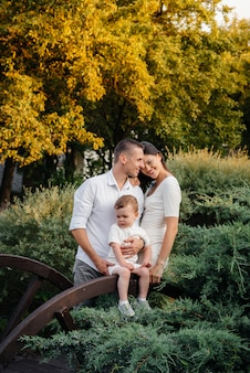 공원에서 산책하는 아들과 함께 행복한 부모