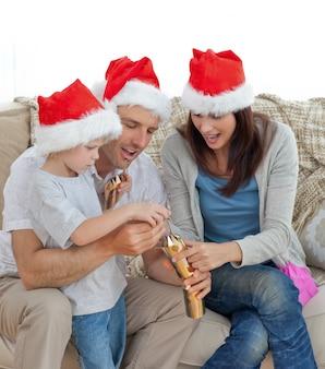 Счастливые родители с этими крек-шопами вместе