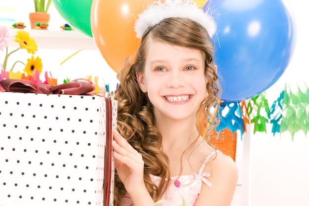 풍선 및 선물 상자와 함께 행복 한 파티 소녀