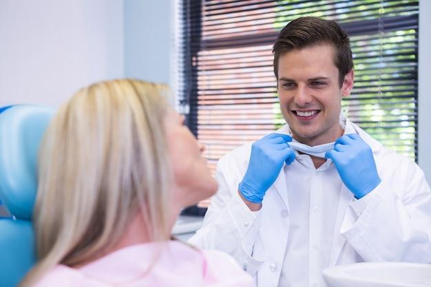 歯科医と話している幸せな患者