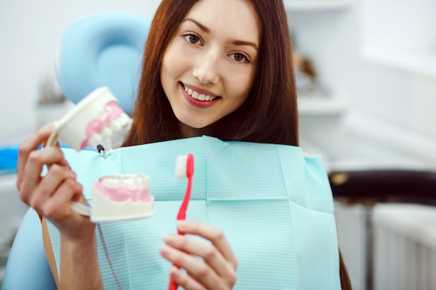 Paziente felice con uno spazzolino da denti e la muffa dentale