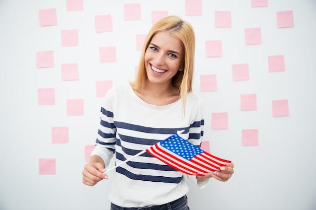 미국 국기를 들고 행복 한 애국 여자