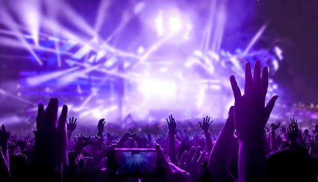 Счастливые люди танцуют в ночном клубе, вечеринка на концерте