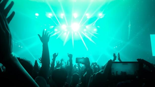 나이트 클럽 파티 콘서트에서 행복한 사람들이 춤을