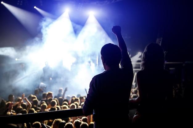 록 콘서트를 즐기는 행복한 사람들, 손을 들고 기쁨의 박수, 활동적인 밤 생활 개념