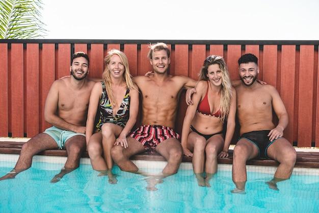 夏休みの屋外プールパーティーで楽しんで幸せな人々