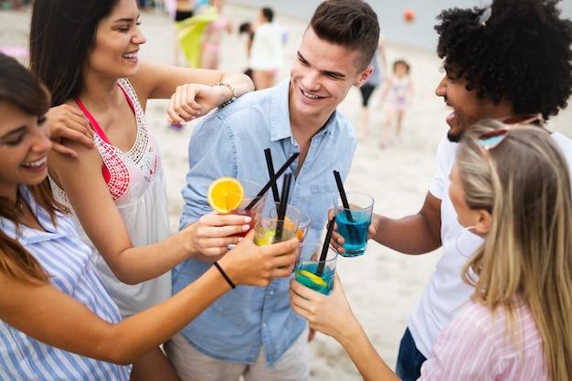 여름 휴가를 즐기는 행복한 사람들. 친구, 휴가, 여름 생활 방식 및 청소년 개념