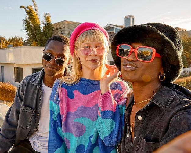 Счастливые люди на открытом воздухе в солнцезащитных очках