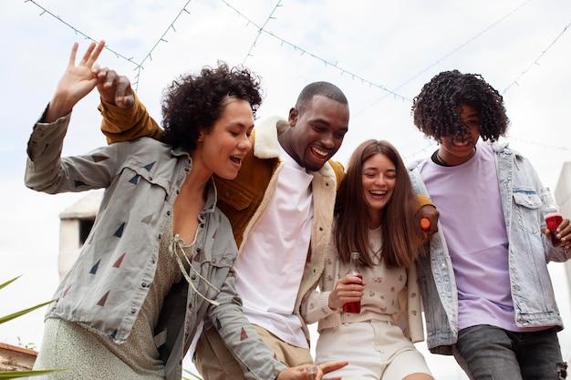 ミディアムショットで一緒にパーティーをする幸せな人々