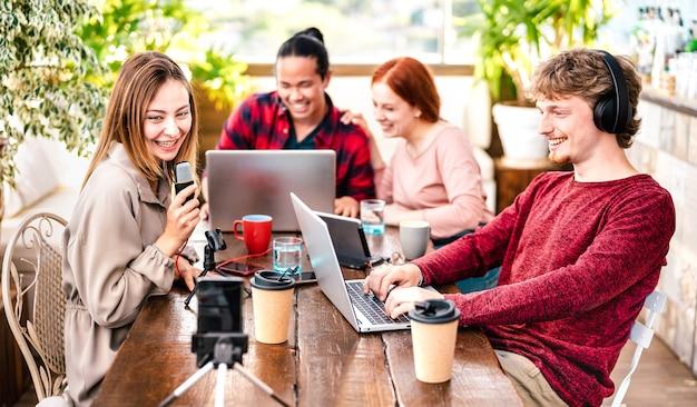 디지털 웹 캠으로 스트리밍 플랫폼에서 콘텐츠를 공유하는 행복한 사람들
