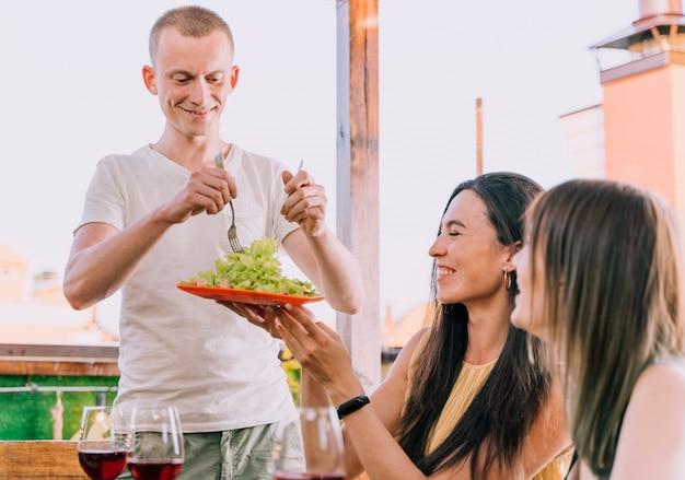 Счастливые люди сидят за столом