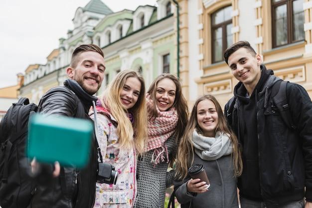 Счастливые люди, берущие себя на улице