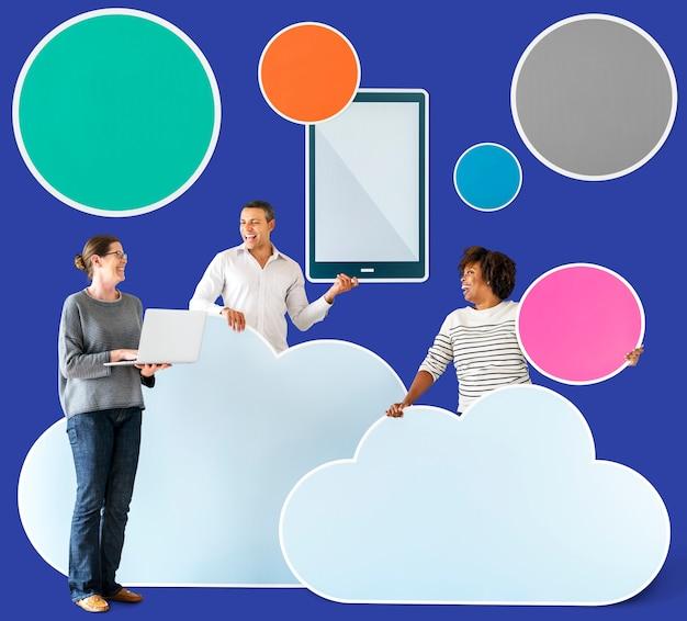Счастливые люди с облачными и технологическими значками