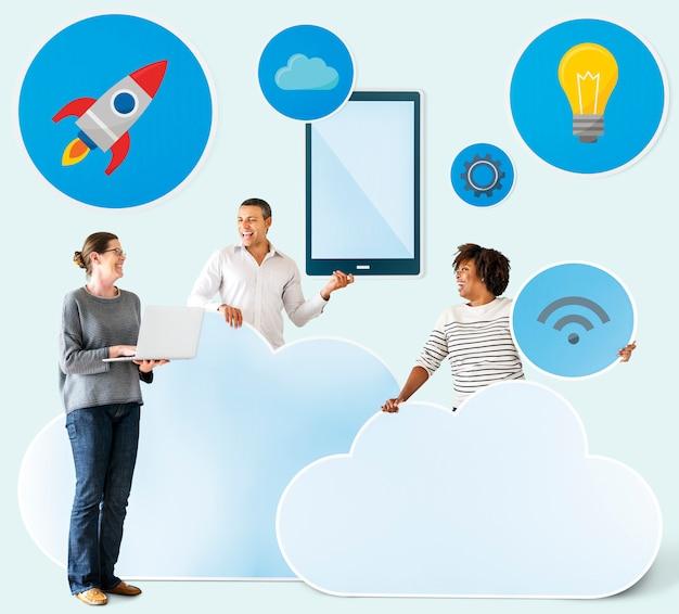 구름과 기술 아이콘을 가진 행복 한 사람들