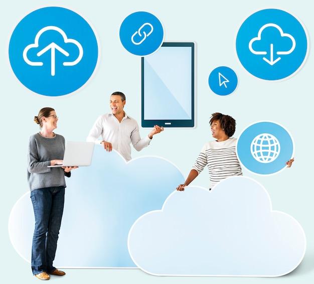 雲とテクノロジーのアイコンを持つ幸せな人