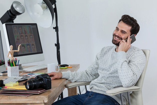 책상에 앉아 스마트 폰 이야기 행복 사진 작가