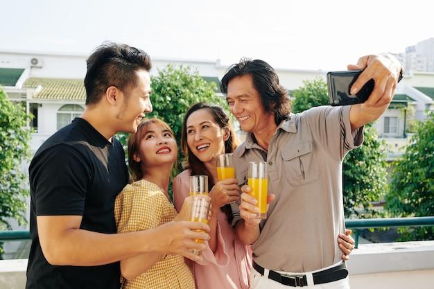 Счастливая семья фотографов