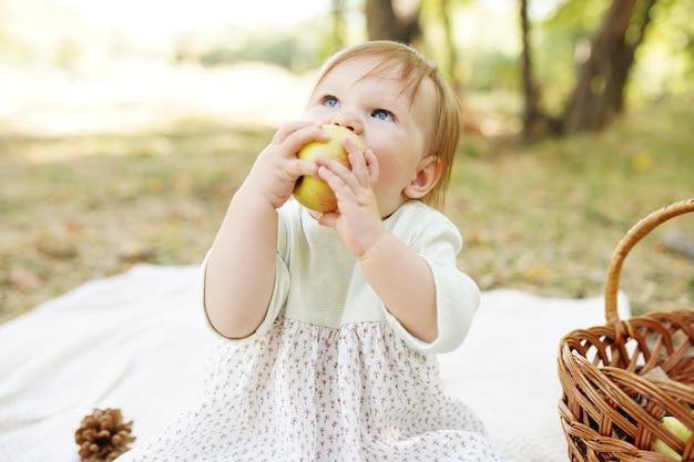 사과를 먹는 가을 공원에서 야외에서 행복한 장난꾸러기 아이