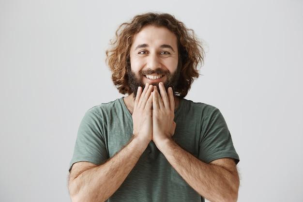 Uomo mediorientale soddisfatto felice che guarda con gratitudine