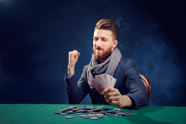 ハッピーポーカープレイヤーがエースのペアを獲得して保持しています