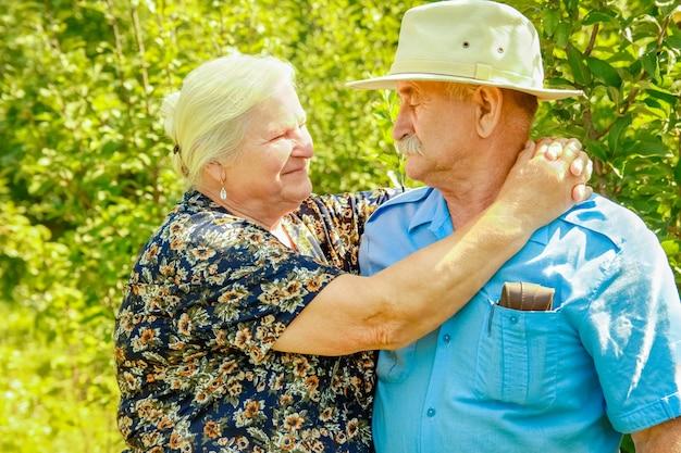 自然の上の老夫婦の幸せな肖像画