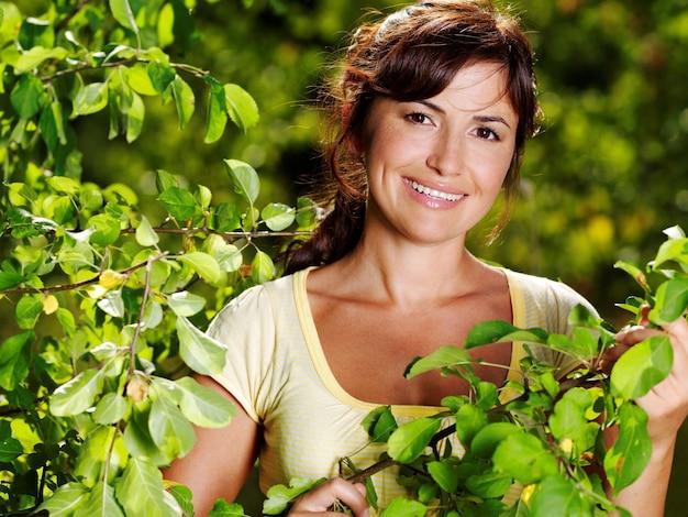 自然の中で美しい女性の幸せな肖像画