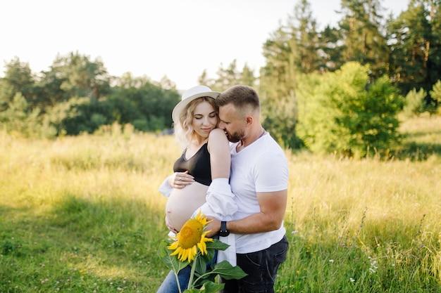 화창한 날 공원에서 산책에 사랑하는 커플의 행복 한 초상화.