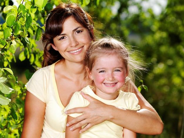 屋外で母と娘の幸せな肖像画