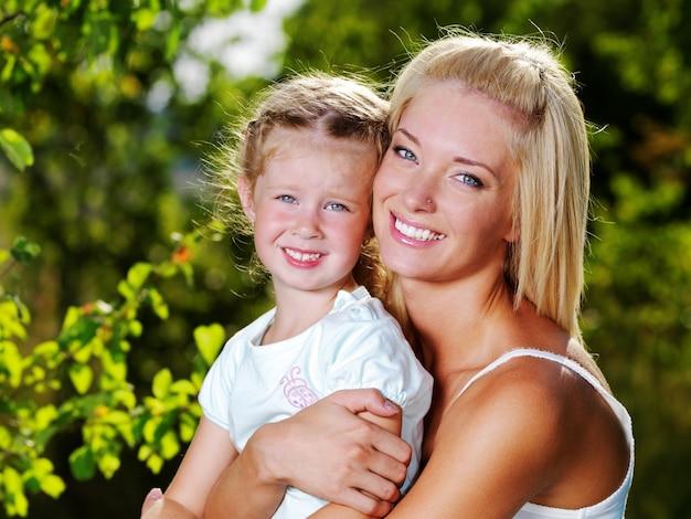 母と娘の屋外の幸せな肖像画