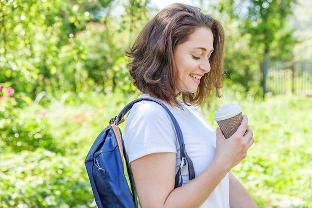 배낭 녹색 공원에 웃 고 행복 긍정적 인 학생 소녀