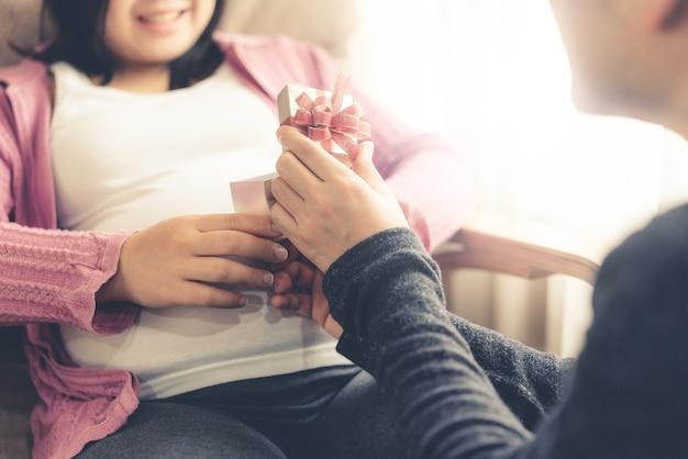 남편과 아내의 행복 한 임신 부부